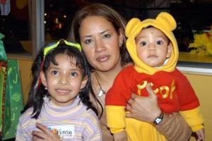 <u> 21 de enero </u> <p> Vanessa Rangel Reséndiz acompañada de su mamá Silvia Reséndiz Luján y Albertito Rangel en la fiesta de cumpleaños que le ofrecieron