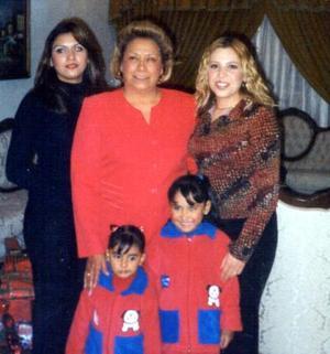 Cristina Dávila, Elizabeth García, Lucy Dávila y las pequeñas Ana Sofía y Marifer en pasado festejo familiar.