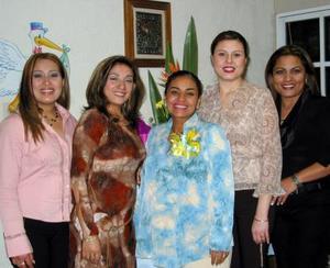 Crostu Calzada en compañía de Judith Limones, Mónica de Galindo, Lily de Cervantes y Sandy de Juárez.