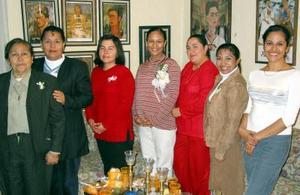 Montserrat Quirarte de Barragán acompañada de algunas de las asistentes a su fiesta de canastilla.