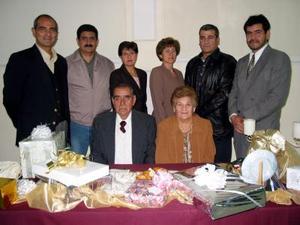 Sabino González Alba y Mary Aguilera de González acompañados de sus hijos en el festejo que les perpararon por sus 50 años de matrimonio.