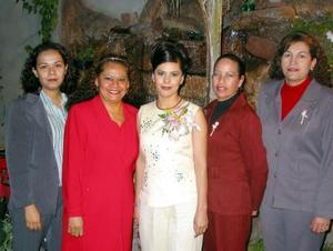 La festejada Maricruz Martínez Ruiz en compañía de las organizadoras, Katerin Escárcega, Aida Arenas, Leticia Flores y Marielena Collazo.