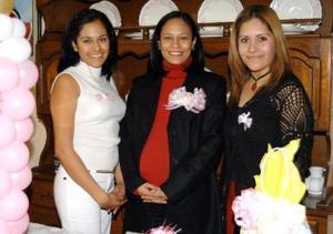Montserrat Quirarte de Barragán en compañía de las invitadas a su fiesta de canastilla.
