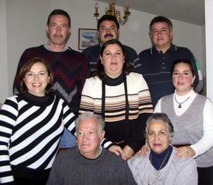 <u> 21 de enero </u> <p>   Sr. Raúl Guerrero y Carmen Guerrero celebraron su 49 aniversario de matrimonio con un festejo en el que estuvieron acompañadas por sus hijos y nietos.