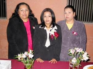 <u> 20 de enero </u> <p> Grisel Herrada Chávez acompañada de María Guadalupe Herrada e Irma Vázquez de Treviño, organizadoras de su despedida de soltera.