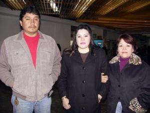 Guadalupe Ortega retornó a Tijuana, luego de visitar a sus familiares, la despidieron María del Refugio Domínguez y Manuel Carbajal.