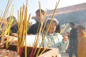 A pesar de las campañas de reeducación, la superstición sigue teniendo un papel importante en la vida de los chinos, que se encomiendan a cualquier talismán, a la hora de desear que este año esquive los avatares del anterior, marcado por las epidemias y desastres naturales.