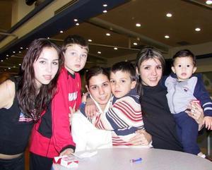 <u> 23 de enero </u> <p> Marien Barrientos, Óscar Calderón, Elena Siller, Mónica González, Ernesto González y Fede González.