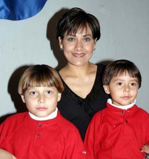 Diego Cortez Amezcua, Mary Carmen Cortez de Gómez y Maurilio Gómez en un festejo infantil.