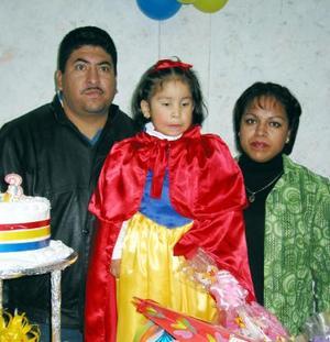 La pequeña María Elena Robles Zapata acompañada de sus papás los señores Nazario Robles Favela y Rafaela Zapata de Roblles en la fiesta infantil que le organizaron por su cumpleaños.