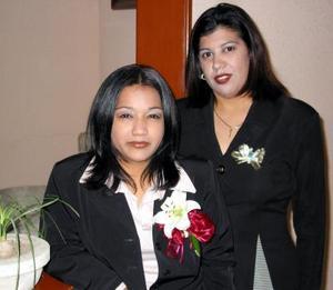 Señorita Grisel Herrada Chávez acompñada de Gabriela Herrada de Prado en su despedida de soltera.
