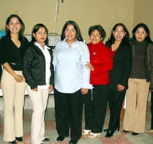 Anel Alonso de Navarro acompañada de algunas invitadas a su fiesta de regalos con motivo del próximo nacimiento de su bebé.
