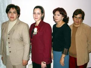 <u> 22 de enero </u> <p> Kenia del Carmen Ayala Ramos acompañada de las anfitrionas de su despedida de soltera, las señoras Perita, Martha y Quica Ramos.
