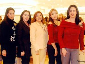Lucila Elena Montelongo en compañía de Cristina Pizaro, Yessica Rodríguez, Paola Flores y Elizabeth Sifuentes