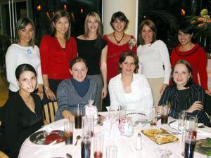 <u> 23 de enero </u> <p> Victoria Dávila de Alfani en compañía de algunas de las invitadas a su fiesta de regalos.