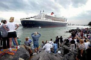 Tirado por un remolcador que lanzaba al aire chorros de agua rojos y azules, el crucero atracó en el puerto de Everglades, al norte de Miami, con 2.620 pasajeros que pagaron pasajes de entre 2.800 y 37.499 dólares.