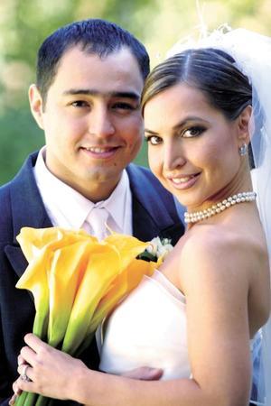 C.P. Roberto Moreno Rodríguez y Lic. Brenda Arizpe Garza recibieron la bendición nupcial en la parroquia de Nuestra Señora de los Dolores el 29 de noviembre de 2003.