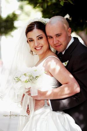 Sr. Braulio Lara Zúñiga y Lic. Laura Dafne Carrillo Ramos contrajeron matrimonio religioso en la parroquia de San Pedro Apóstol el 20 de diciembre de 2003. <p> <i> Estudio Maqueda</i>