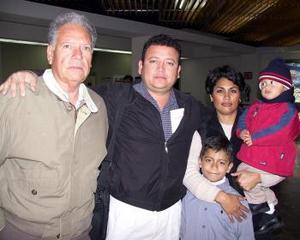 Osvaldo Perales viajó a Corea para negocios de electrónica; lo despidieron San Juana  de Perales, Juan Perales y el niño Osvaldo