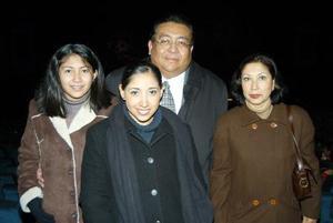 José Luis Milán Montoya y María Esther de Milán con sus hijas Zayra y Sara.