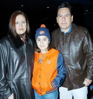 Nora Ramos de Arguijo y Víctor Arguijo, acompañados de su hija Norita, captados a su llegada al teatro.
