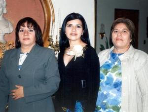 La festejada Maribel Núñez Villanueva acompañada de Patricia Reed Ornelas y Angelina Villanueva el día de su fiesta de despedida.