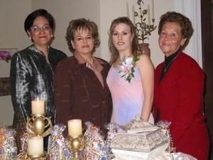 Carmen Montes Escobedo con las organizadoras de su despedida de soltera, Esperanza Castañeda Meléndez, Coco Flores de Valdés y María del Carmen Escobedo Montes.