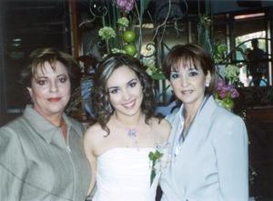 <u> 26 de enero </u> <p>  La futura novia Anaís Anaya Córdova con las organizadoras de su fiesta de despedida, Chacha Chufani García y Coco Córdova de Anaya.