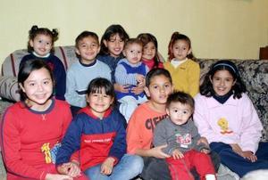Karla Cassandra Valdés Sotomayor rodeada de un grupo de amiguitos el día que celebró sus diez años de vida.