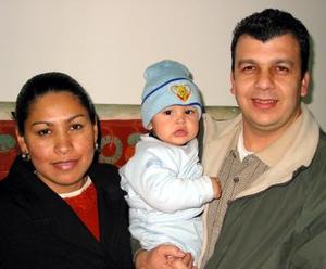 Los señores  Cecy Adame de González y Sergio González acompañados de su hijo Edwin.