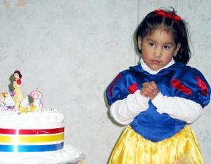 María Elena Robles Zapata en la fiesta de cumpelaños que le ofrecieron por sus tres años de vida.