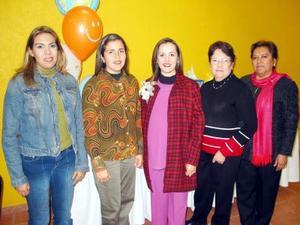 Anel Trasfí de Gutiérrez en compañía de las organizadoras de su fiesta de regalos, Esperanza de Trasfí, María de Jesús de Gutiérrez, Ilse Gutiérrez y Linda Trasfí de Galindo.