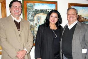 Donato Gutiérrez y Roberto Rodríguez acompañan a Sara María Velázquez.