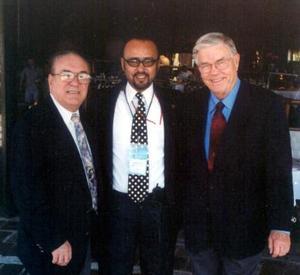Dr, Amilcar Peniche Polanco actual presidente del Colegio de Egresados del Postgrado de Ortodoncia de Coahuila, A.C. acompañado por los conferencistas de la U.C.L.A. Dr. James Mulik y Dr. Heddie Sedano