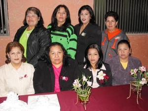 Grisel Herrada Chávez en compañía de algunas de las asistentes a su despedida de soltera