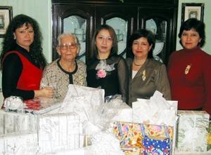 María de Lourdes Olivas Chaparro acompañada de las asistentes a su despedida de soltera.