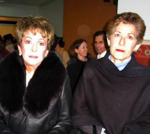 Señoras María Sara de Berlanga y Perla de Valencia en un acto social.