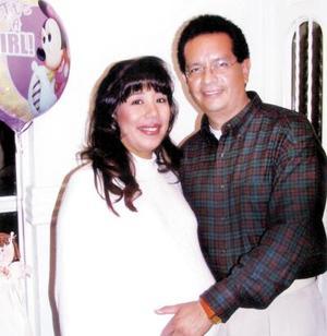 Isolda Rentería Rey con su esposo Enrique Guerrero Banderas el día en que la festejaron con una fiesta de canastilla