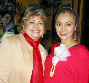 Marisela Garza en compañía de Tere Venegas anfitriona de su convivio.