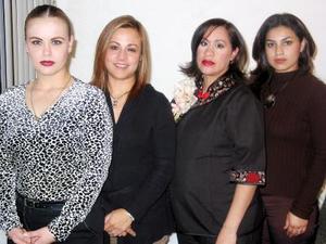 Myrna de Ramírez acompañada de Denisse Martínez de Vega, Beatriz López de González, Wendy González de López en la fiesta de regalos que le ofrecieron