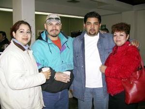 Luego de vacacionar en La Laguna, Sara de García retornó ayer a Tijuana, la despidieron Margarita de Zamora, Mario Zamora y Moisés García.