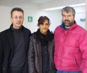 <u> 28 de enero </u> <p> El pintor Óscar Bachtold (Der.) retornó a México luego de realizar un mural en la Alianza Francesa, lo despidieron Guilles Guey y Alejandra Valenzuela.