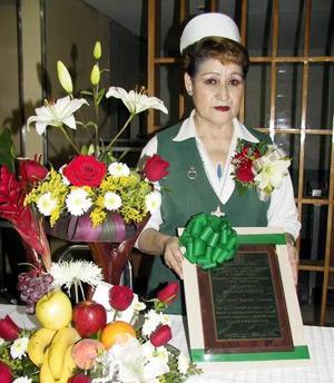 Alicia Ramírez Alvarado recibió un reconocimiento con motivo de su jubilación de enfermera del Hospital de Especialidades número 71 del IMSS.