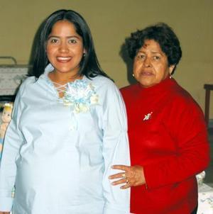 Anel Alonso de Navarro con Antonia de la Rosa Espinoza en la fiesta de regalos que le ofreció en días pasados.