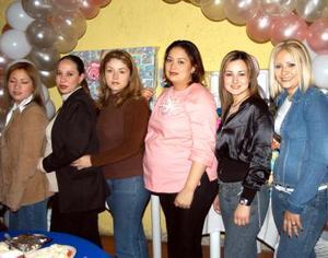 Fabiola Castro de Ramírez acompañada de algunas invitadas a su fiesta de regalos.