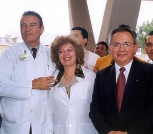 <u> 27 de enero </u> <p> Raymundo Ramón Peña, Olivia Trasfi y Víctor Arellano King durante la celebración de su jubilación.