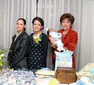 Adriana Eugenia García en compañía de Brenda García y María Eugenia Dávila en el convivio de bienvenida que le organizó a su pequeño hijo Pablo.