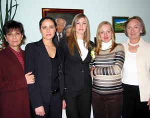 Ana Máynez acompañada de Pame Cervantes de Gómez, Carmen Chibli, Isabel Máynez y Lucía Máynez de Cervantes en la despedida de soltera que le ofrecieron con motivo de su próxima boda.