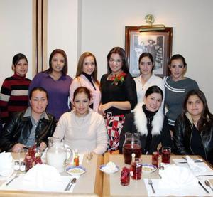 Esperanza Soto acompañada de algunas de sus amigas en su despedida de soltera.