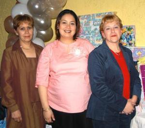 Fabiola Castro de Ramírez en compañía de Margarita Soto de Castro y Yolanda González de Ramírez, organizadoras de su fiesta de regalos.